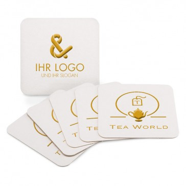 Quadratische Bierdeckel im Prägedruck mit edel glänzendem Logo in Gold, Silber oder Schwarz.