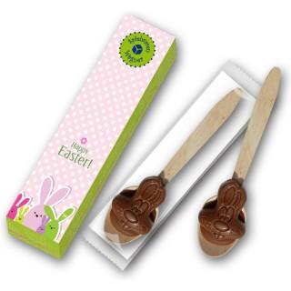 Trinkschokolade als Löffel Holz mit Schokolade zum Übergießen mit Milch