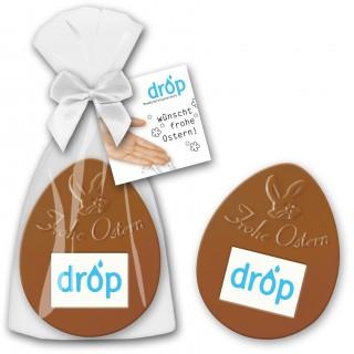Flaches Schokoladenei als Osterpräsent mit bedruckter Karte als Werbeartikel